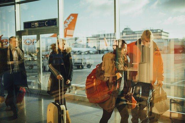 旅行に行く人々