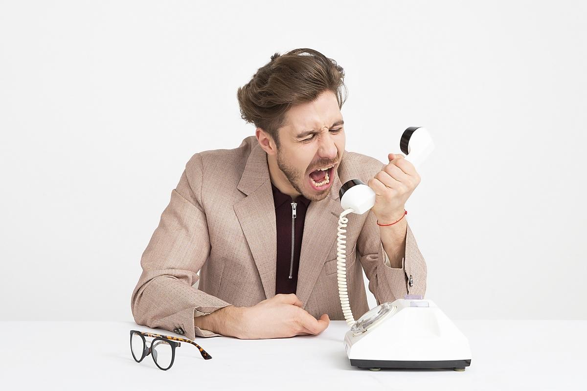 電話で怒鳴る人
