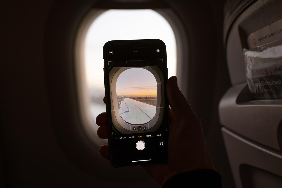 飛行機で写真を撮る