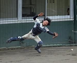 6回1死二塁、狛江・吉田の捕邪飛を取り損ねる和光の捕手・室橋達人。スタメンでは唯一の長髪、打っては逆一本足打法