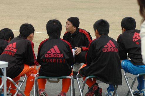 初の静岡遠征。子供たちにどんどんトライすることを話すコーチ。