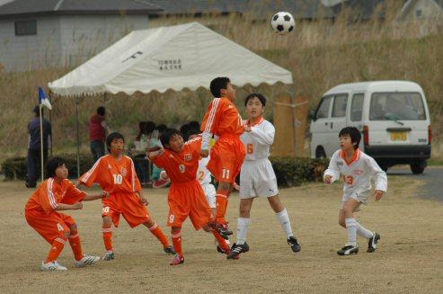 相手ゴール前の攻防。ヘッディングでボールを先に触れ!!