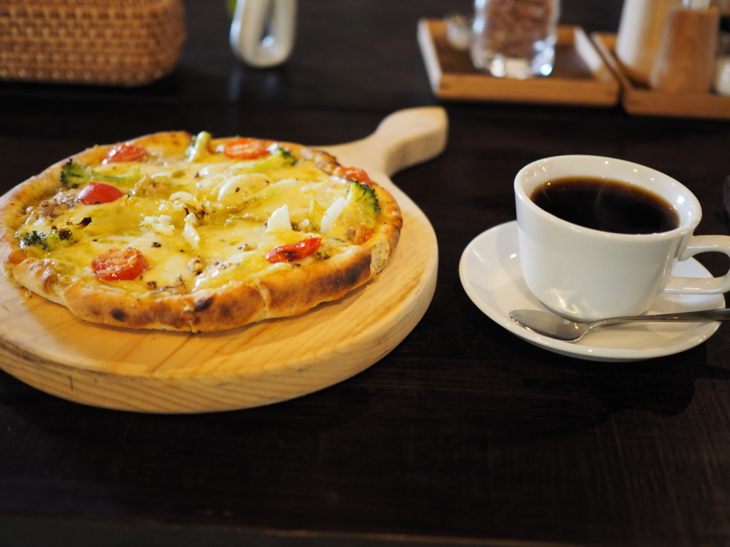 カフェブロンプトンデポ トマトとバジルのオイルサーディンピザ
