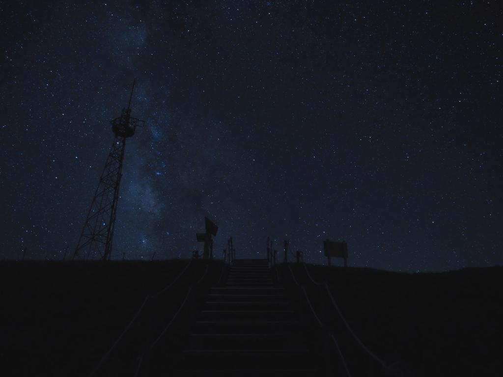 剣山ナイトハイク 山頂 鉄塔と天の川