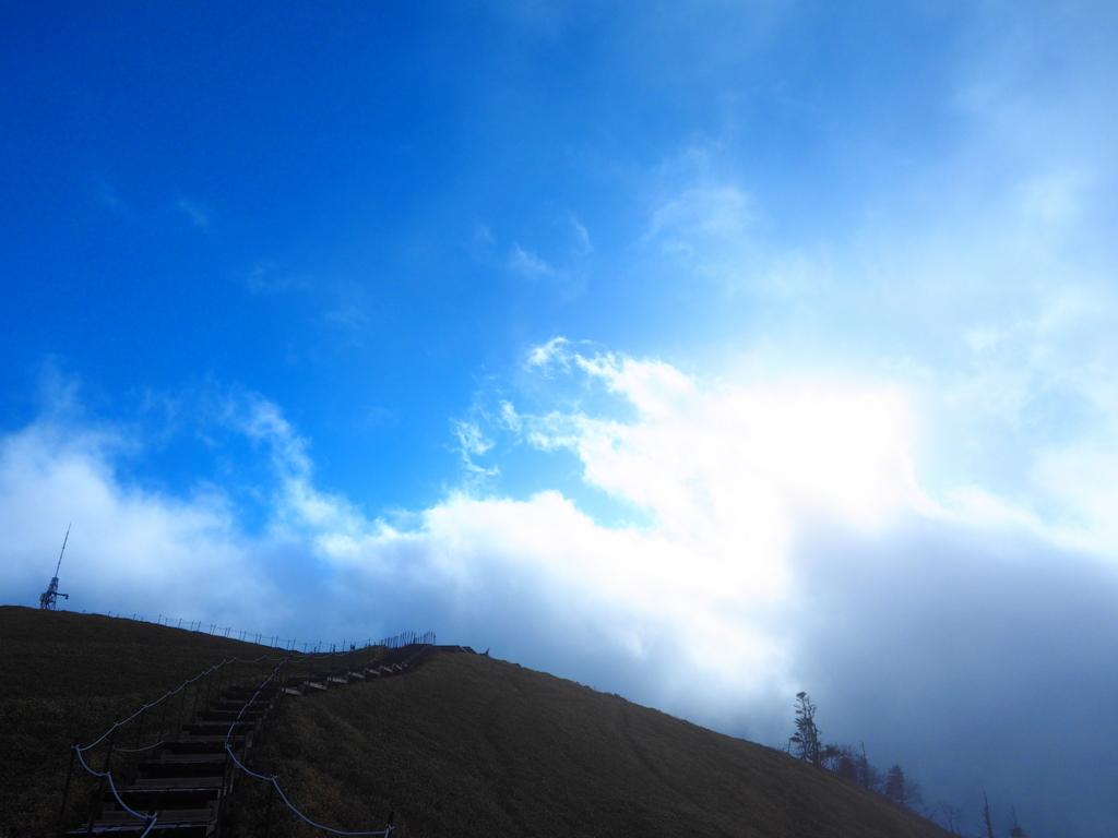 剣山 山頂のダイヤミック青空