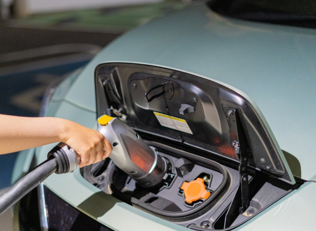 電気自動車の充電している写真