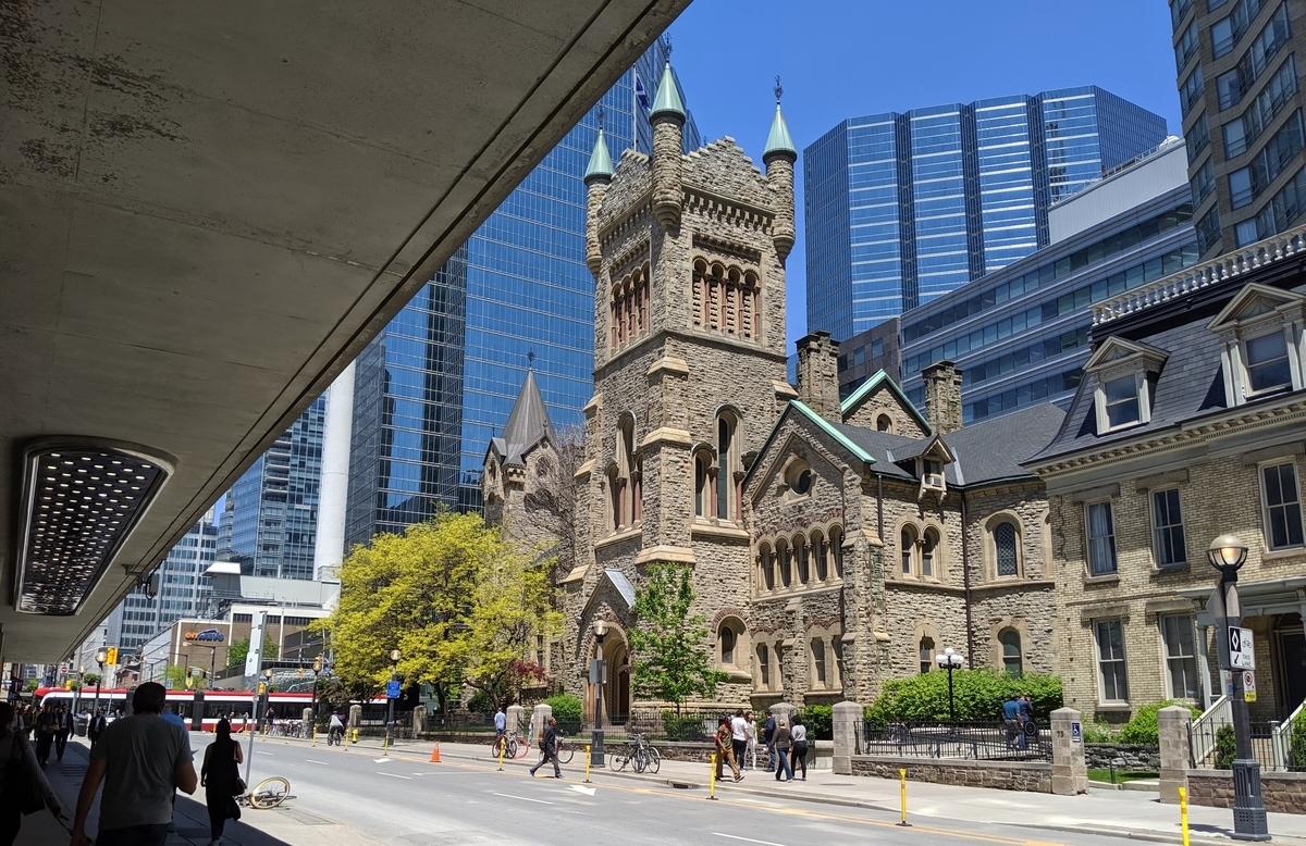 古風な建物の写真。煉瓦作りで中央には大きな塔がある