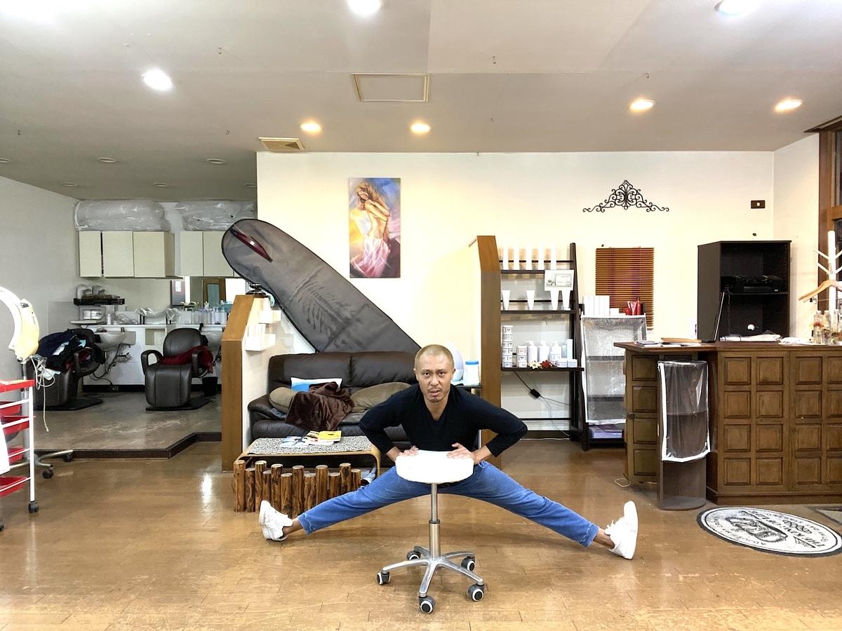 椅子やご自身の体重を使って一人で開脚ストレッチを行ってる