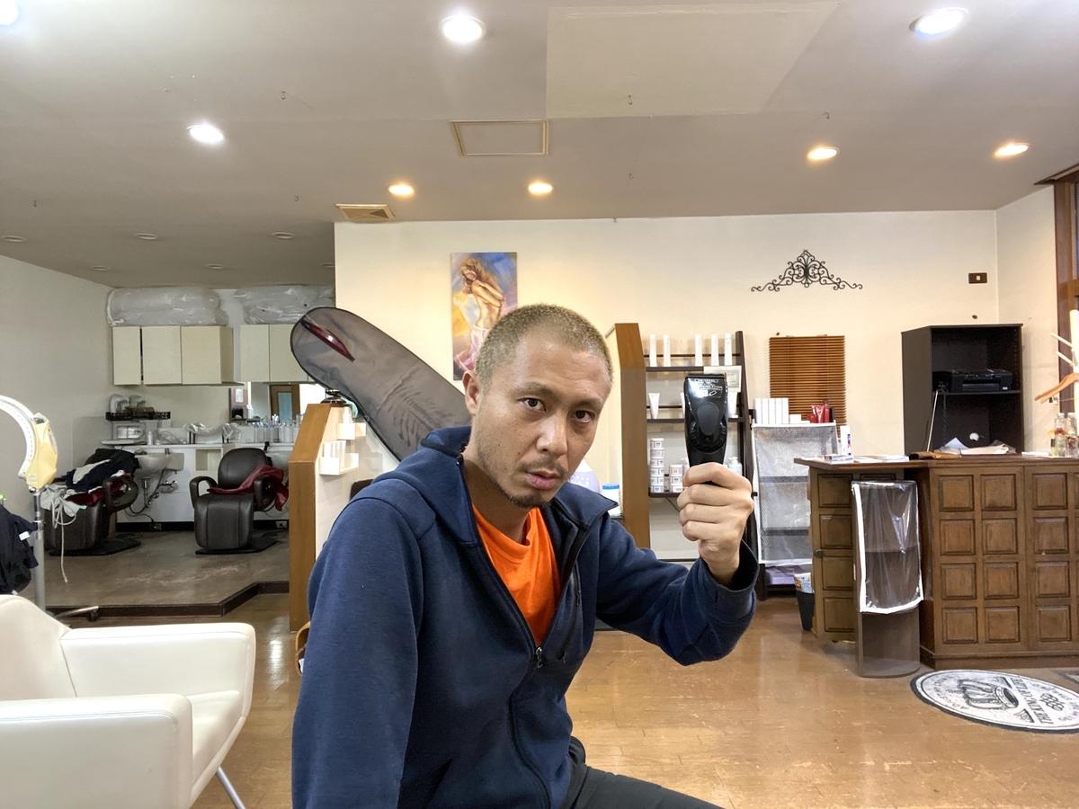 人がPanasonicの0.8mmバリカンで眉毛を上下に刈る姿