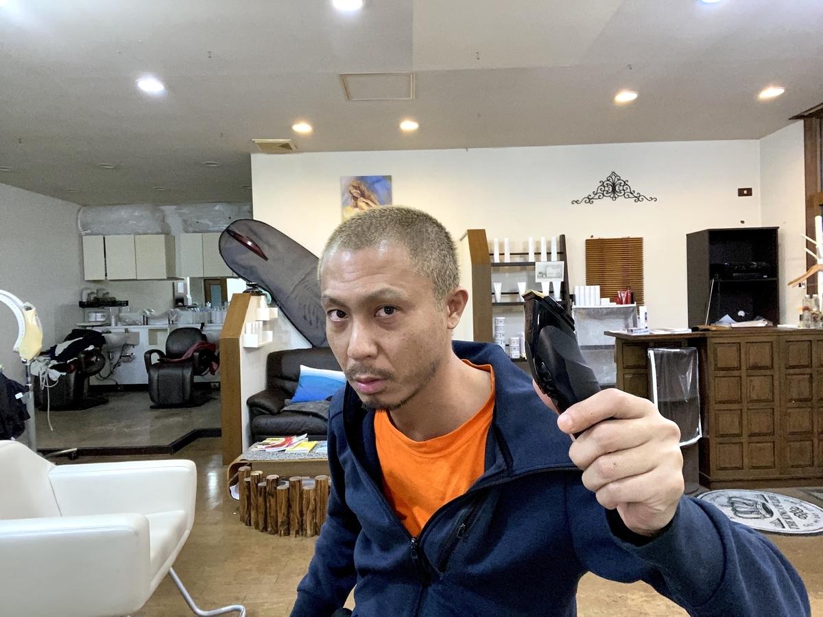 人が左の眉毛のみ0.8mmバリカンで整え、伸ばしっぱなしの右眉毛と比較してる姿