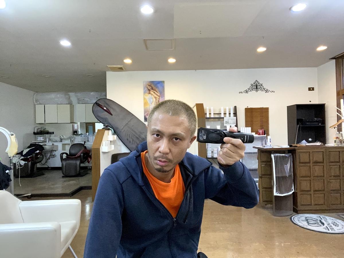 人がPanasonicの0.8mmバリカンで眉毛を左右に刈る姿