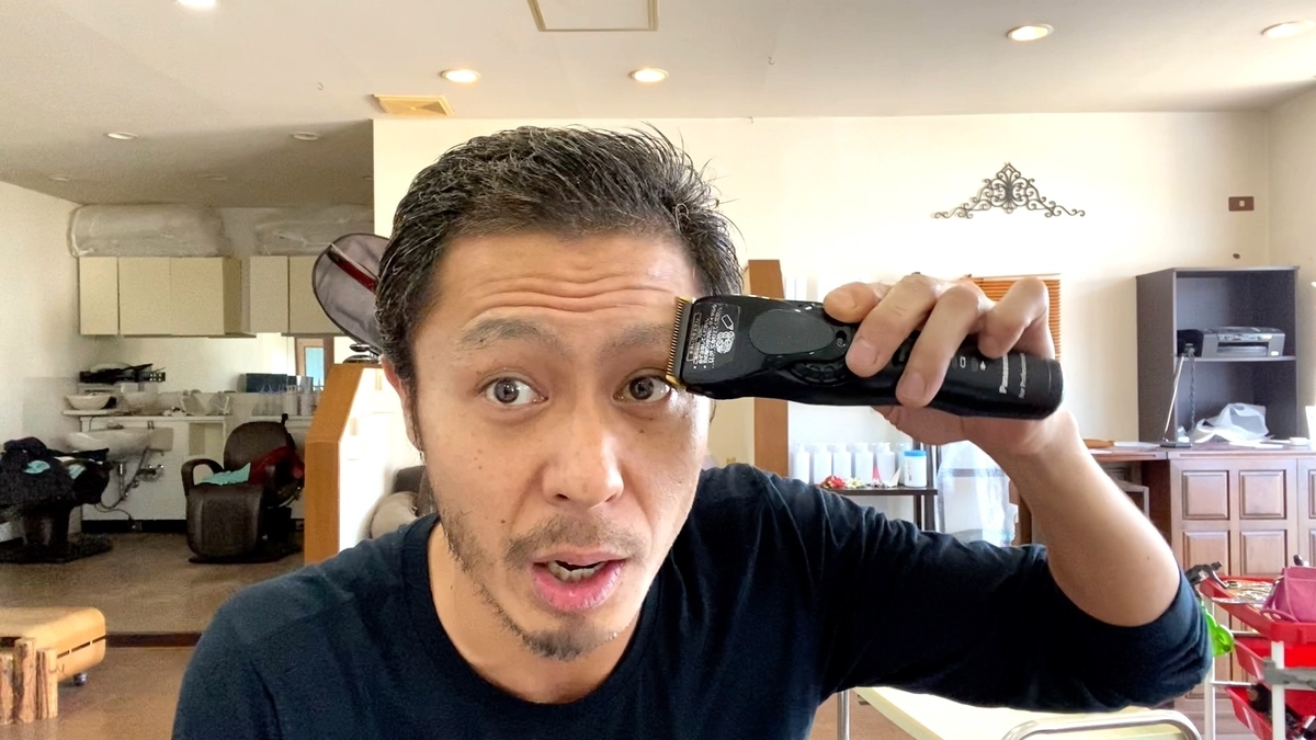 眉毛と髭に対して上下、左右に0.8mmバリカンで刈ります。