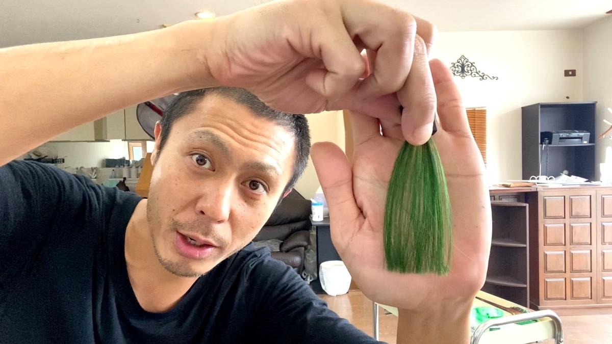 ヘンプグリーンで茶髪に染めた仕上がり