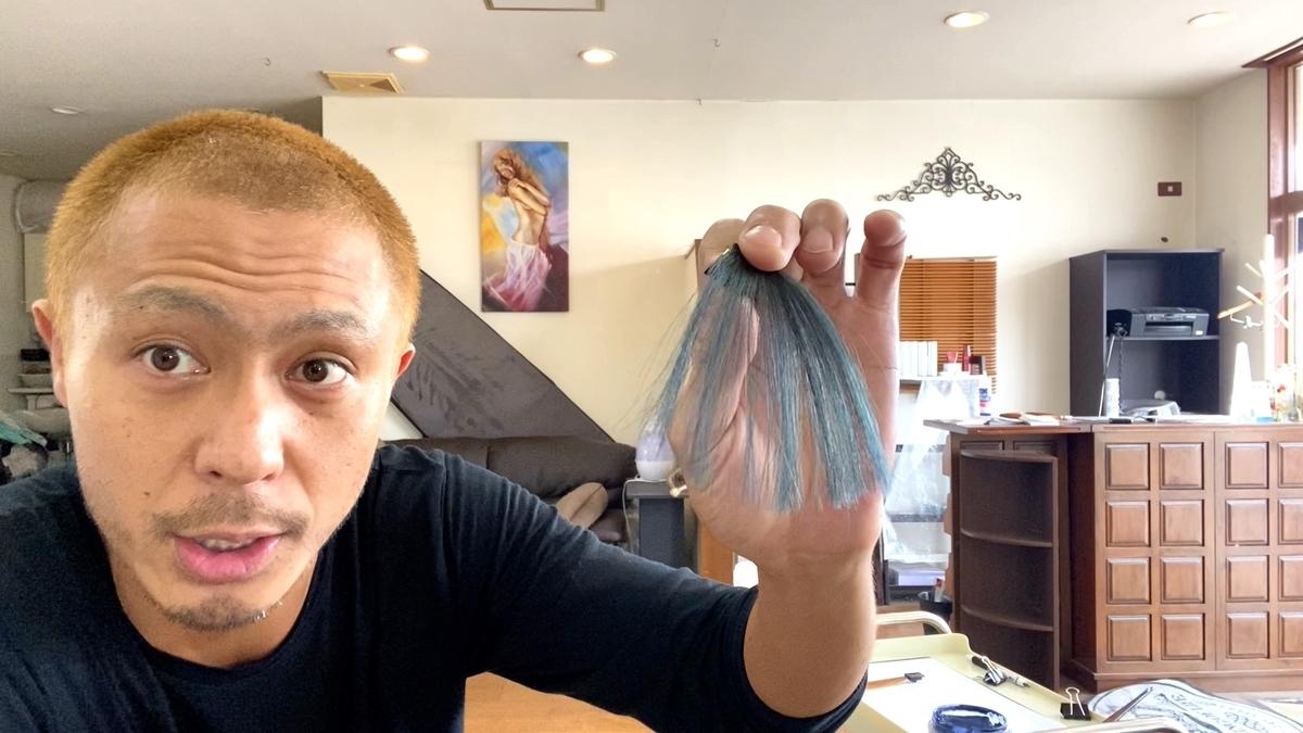 カラーバターのネイビーブルーで茶髪に染めた仕上がり(ブリーチなしの茶髪10Lv)