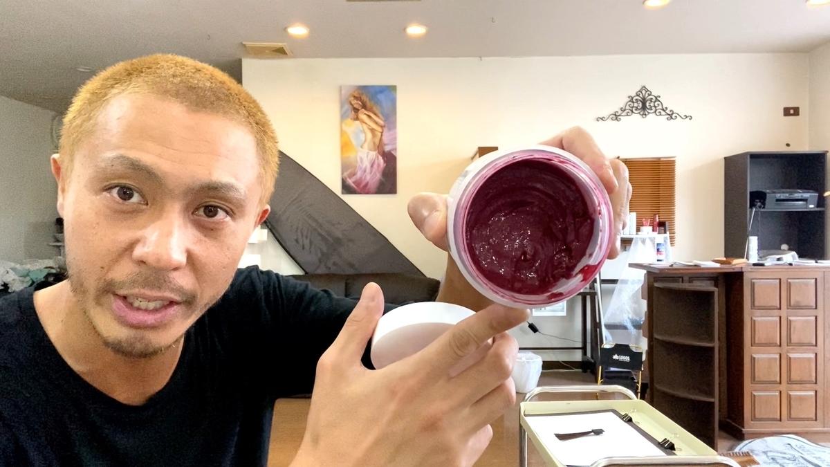 カラーバターのチェリーピンクで黒髪に染めた仕上がり(ブリーチなし地毛)