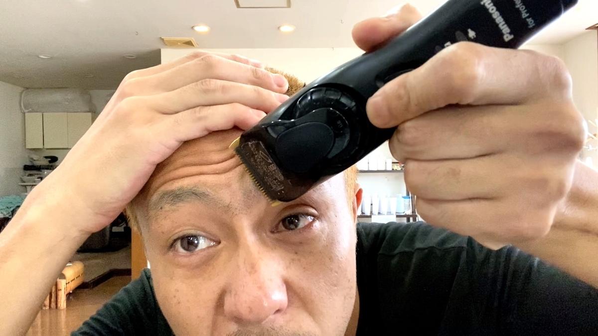 バリカンで眉毛と髭を整えます(0.8mm)