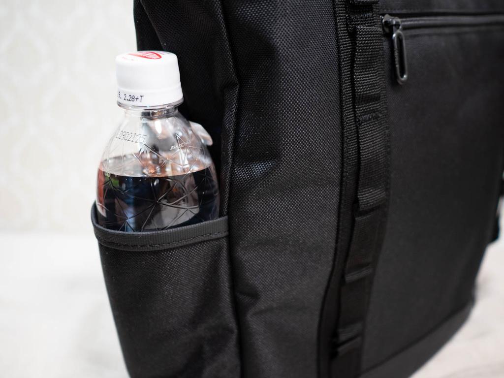 サイドポケットにペットボトルを収納