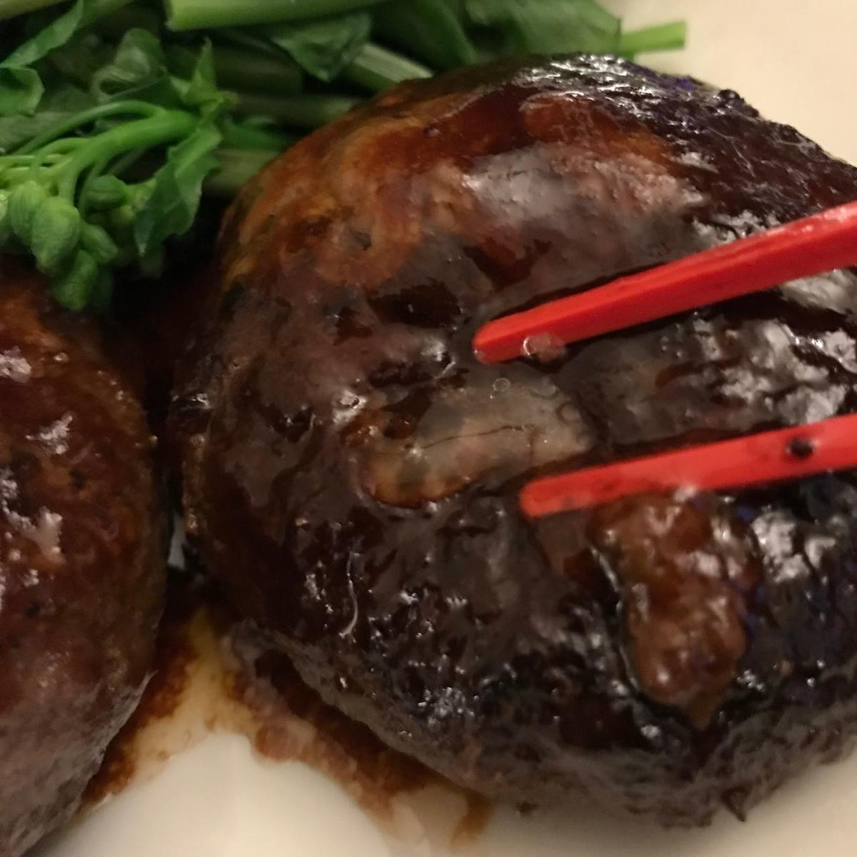 箸で押して肉汁が出てくるとこ