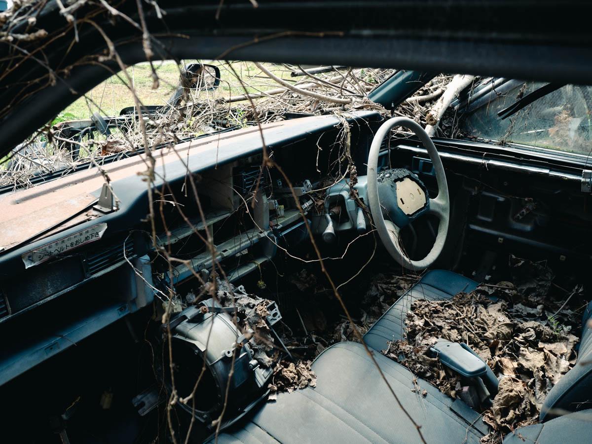壊れた車の車内