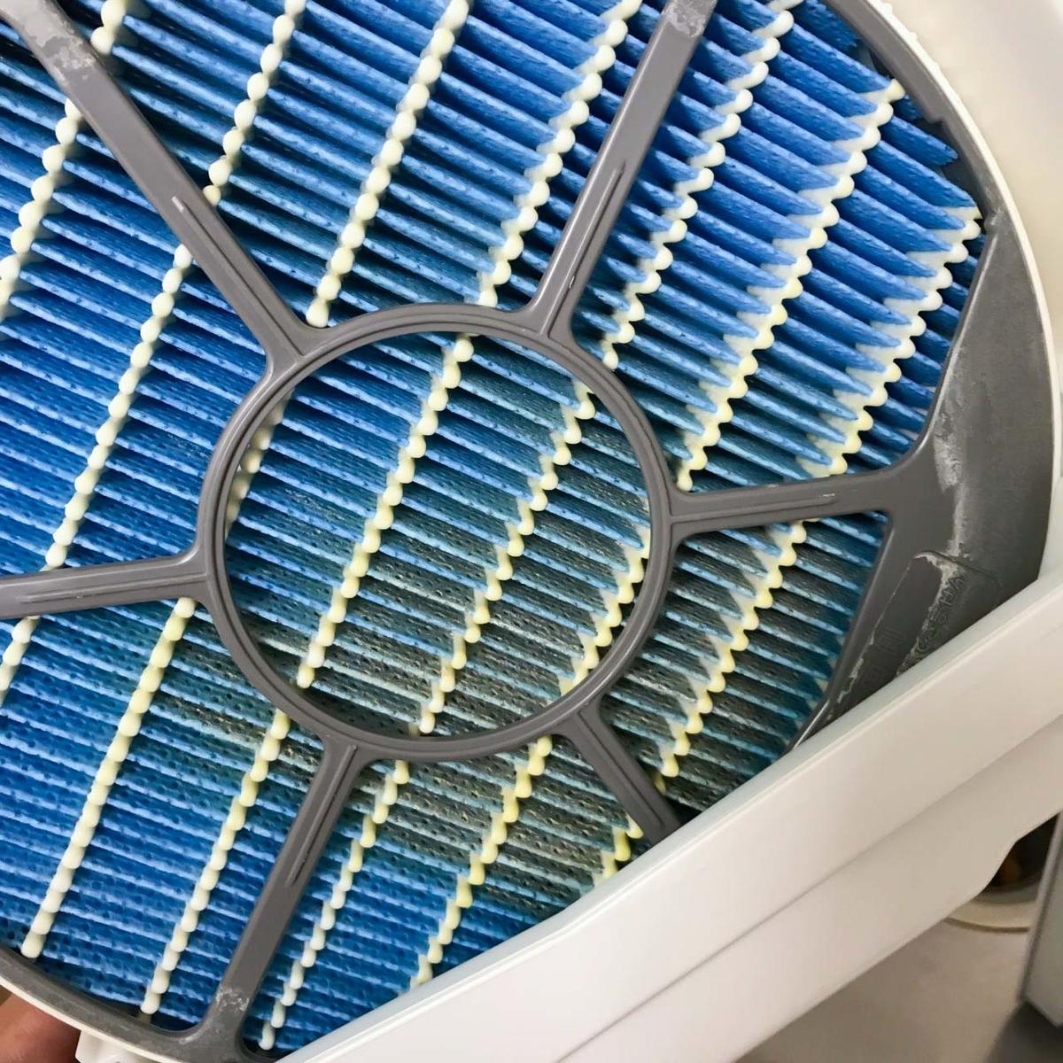 シャープの空気清浄機の加湿フィルター 汚れだらけ