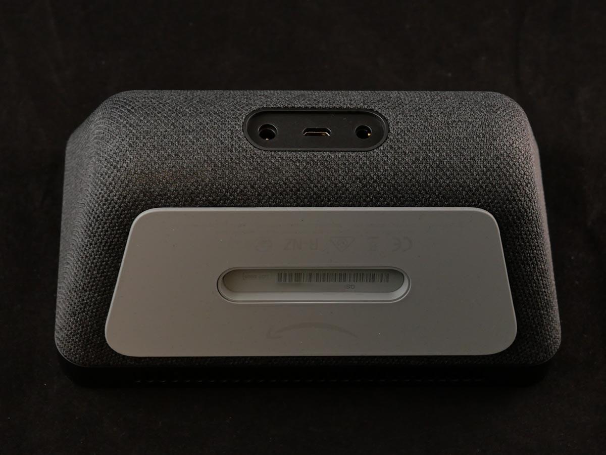 右から3.5mmステレオピンジャック(出力)、マイクロUSB(用途不明)、電源ポート