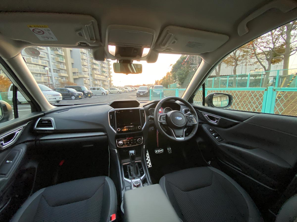 後部座席から車内