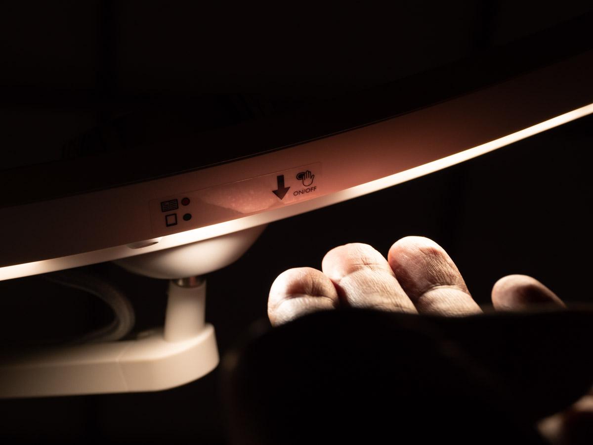 通常のON OFFはライト下に手をかざす。人感センサーによるON OFFにも切り替え可能。