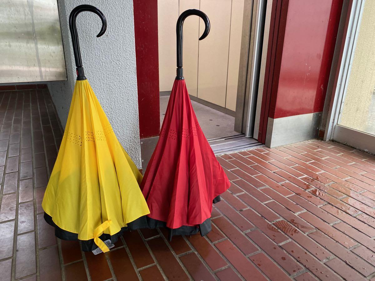 エレベーター前に自立する傘2本