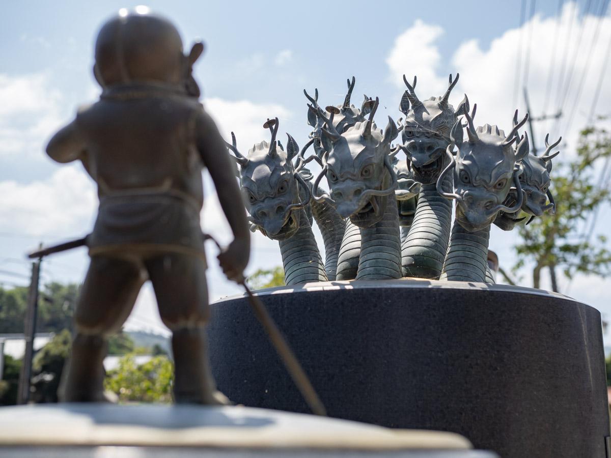 ヤマタノオロチ像