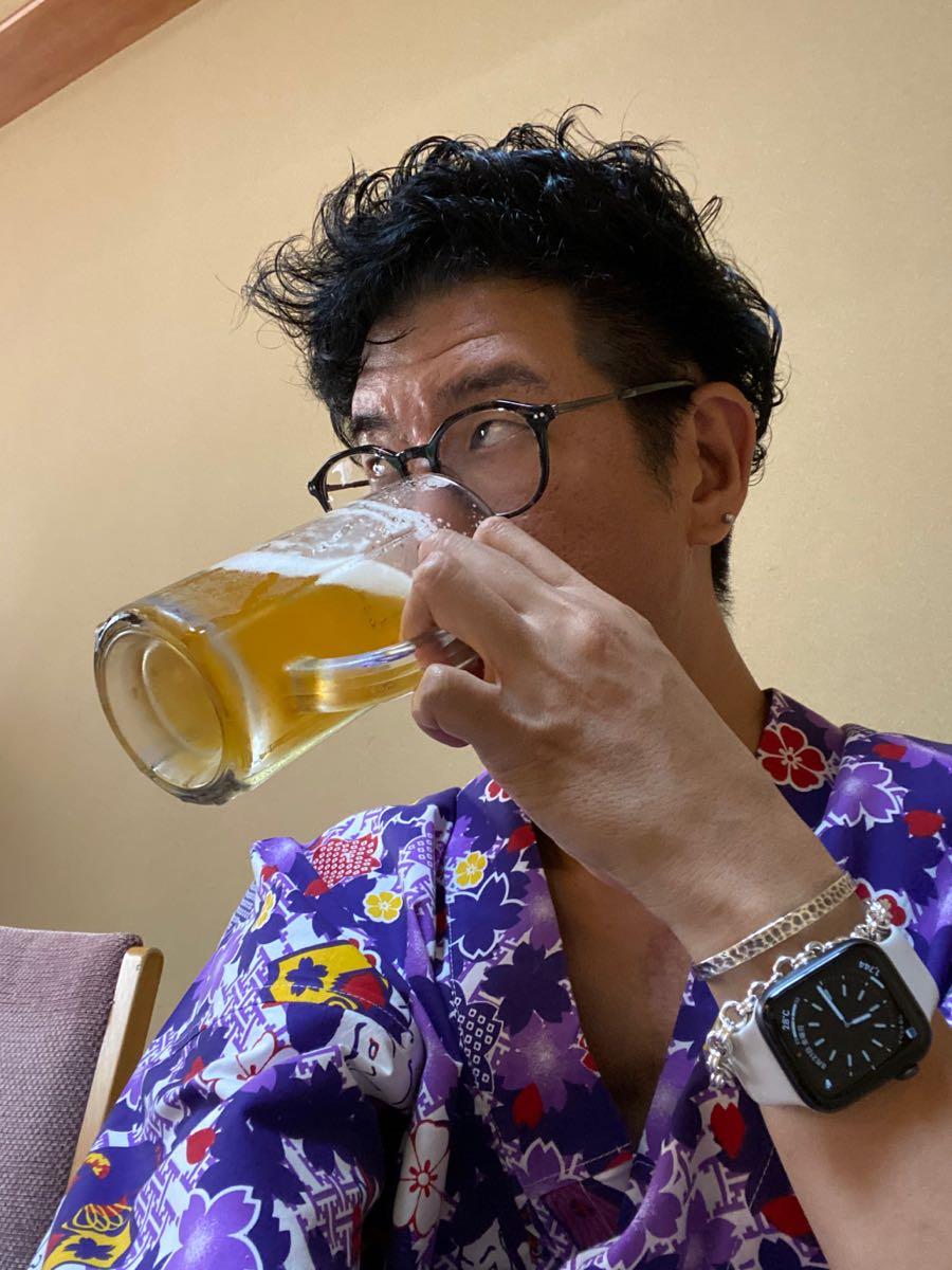 ビールを飲む筆者