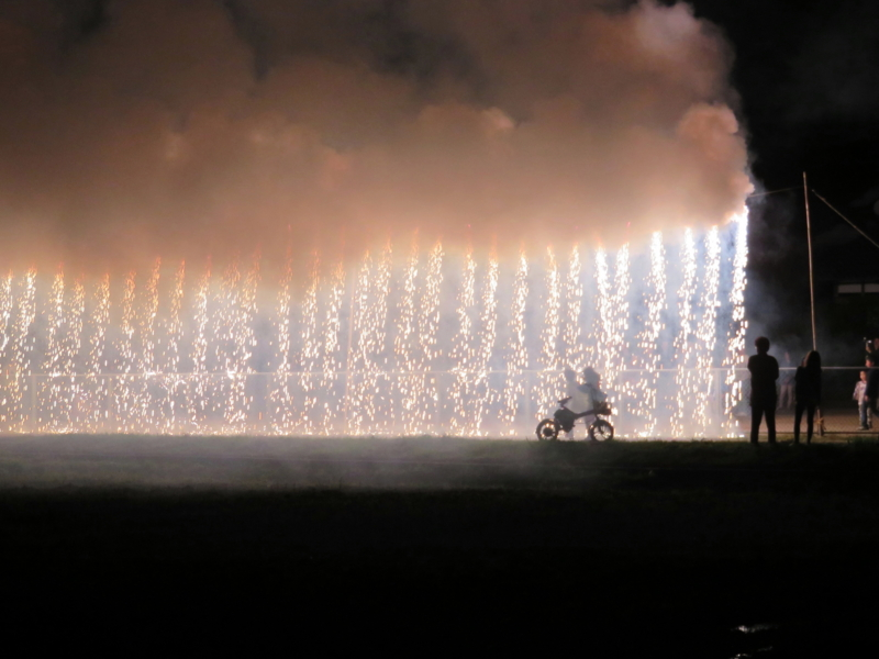 京都新聞写真コンテスト 炎の中の兄弟