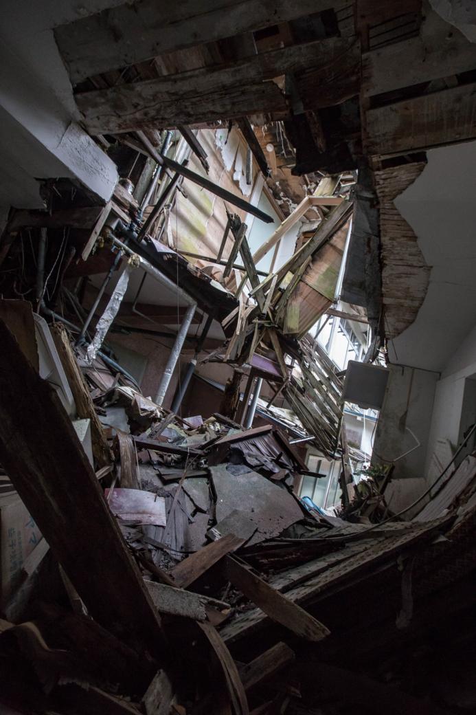 瓦礫と化した廊下