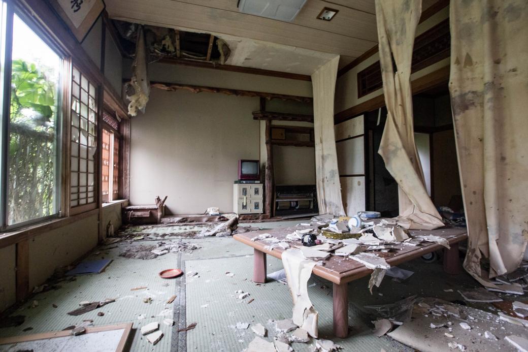 自然と廃墟化した室内