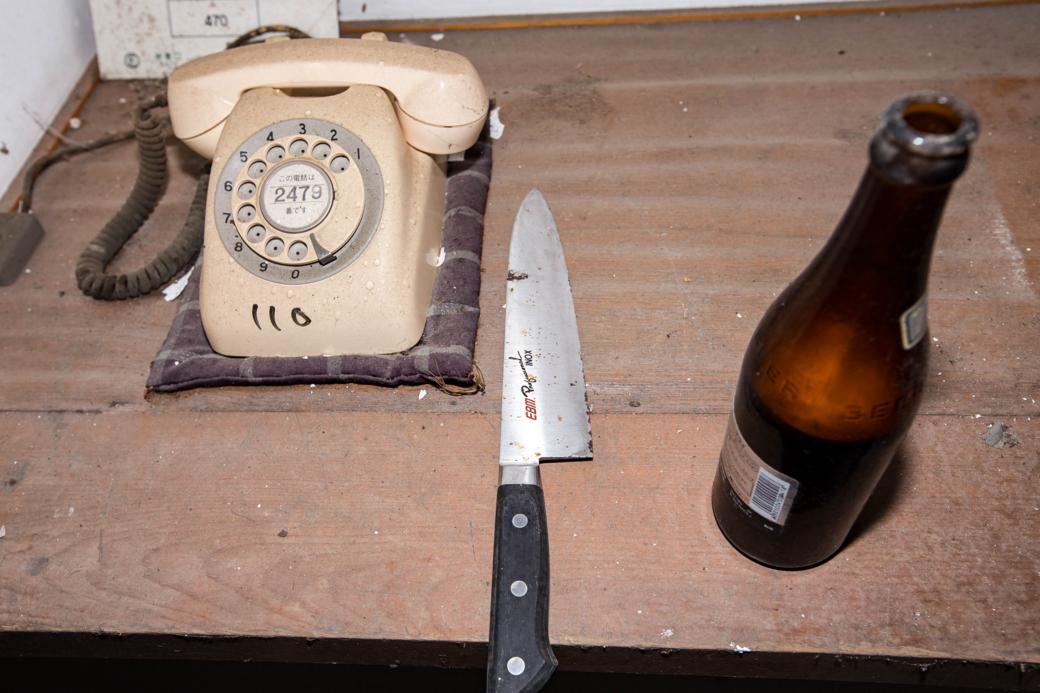 電話の横に置かれた包丁