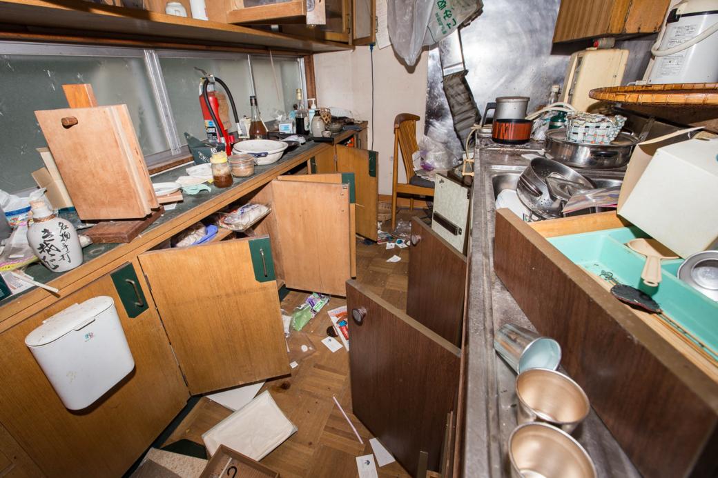 無造作に開け放たれたキッチン