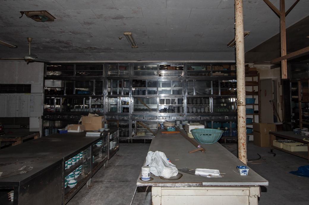 天井まである食器棚