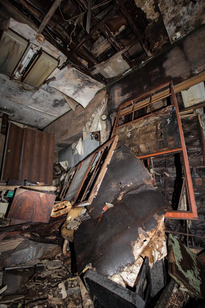 崩れる天井ともたれた襖