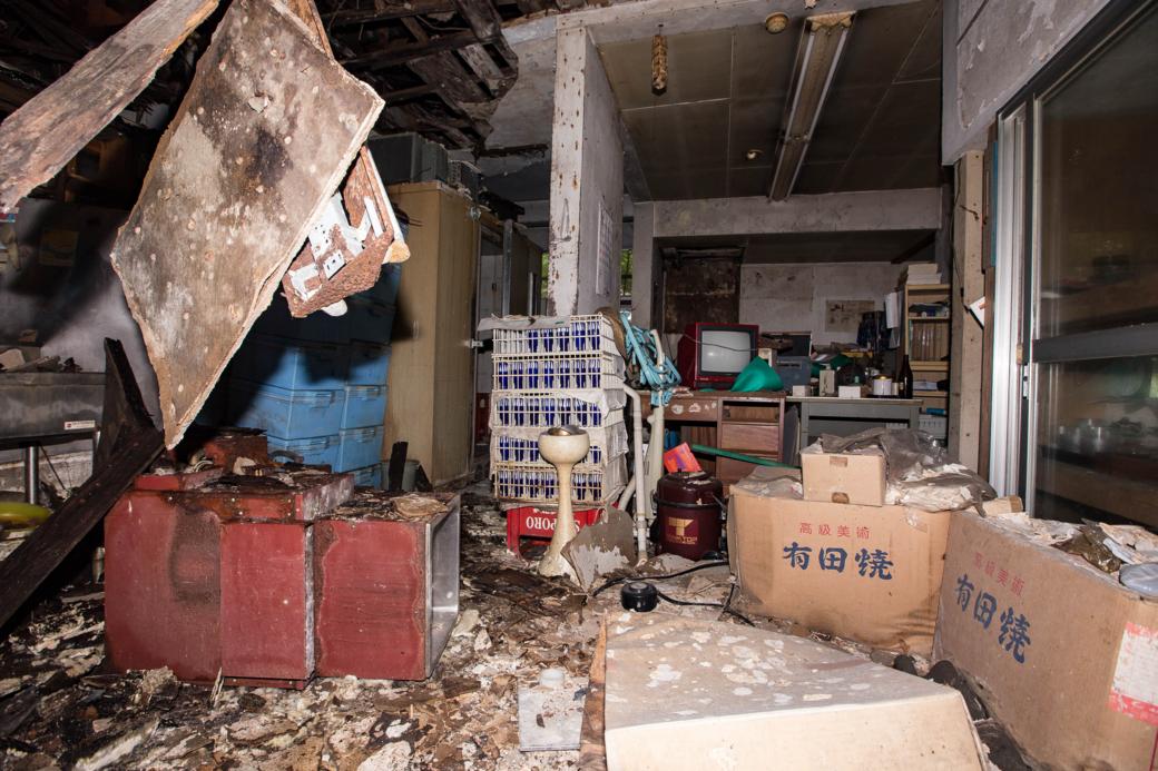 荒廃した室内