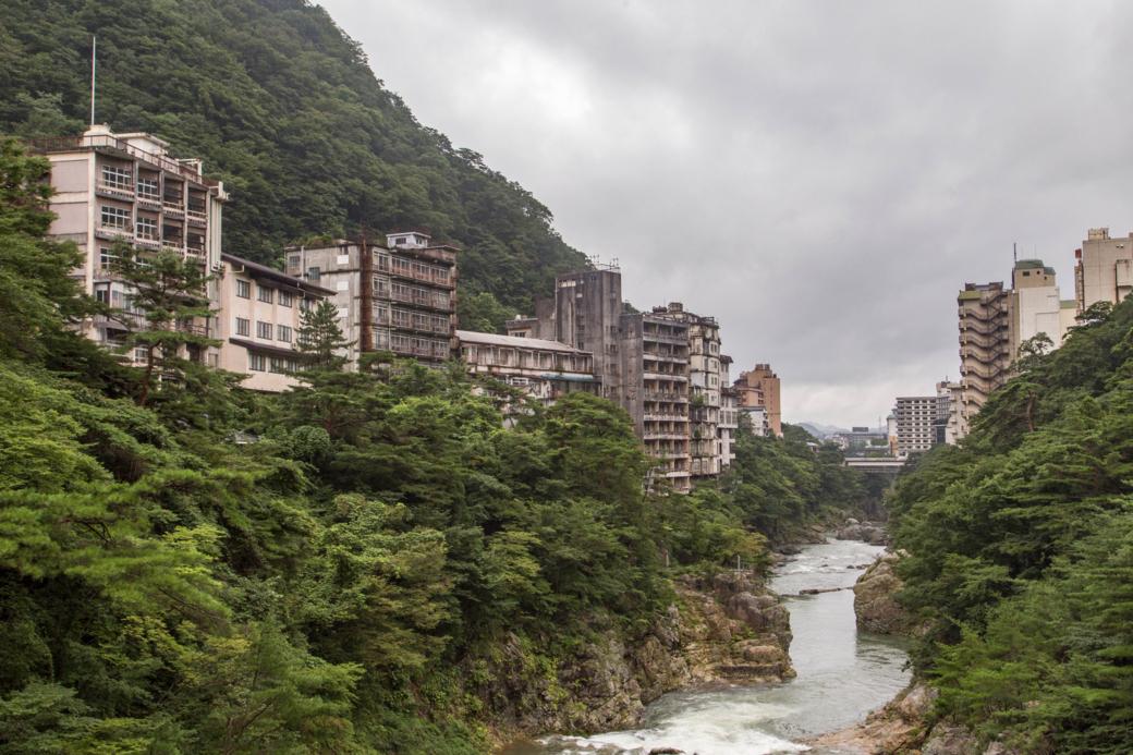 鬼怒川と廃墟群