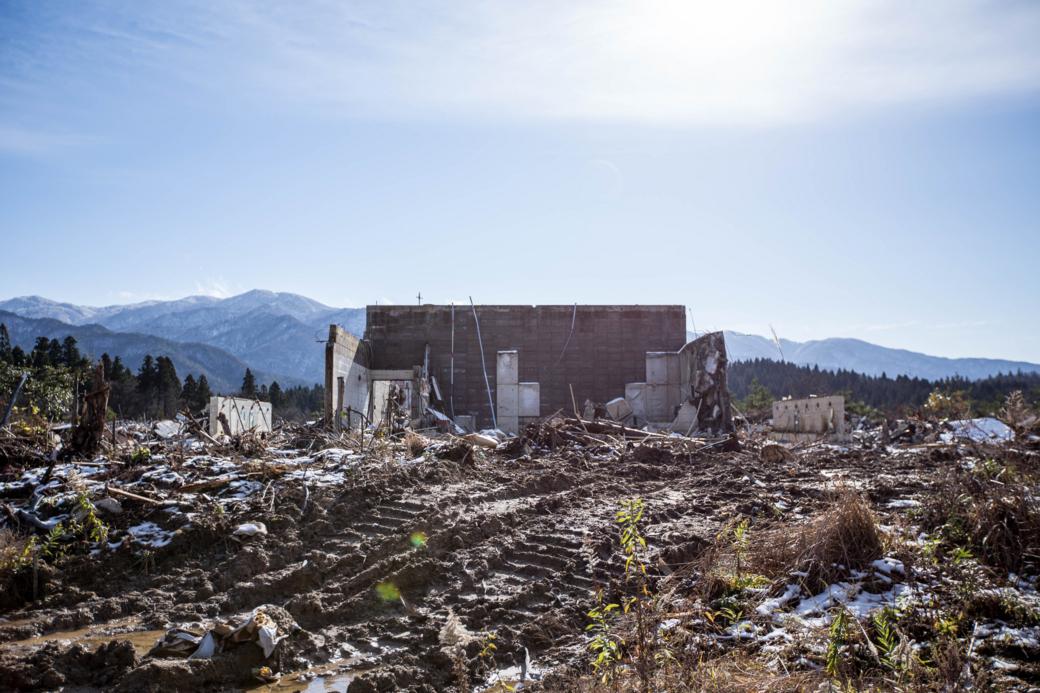 作業者が通った跡と瓦礫の廃墟