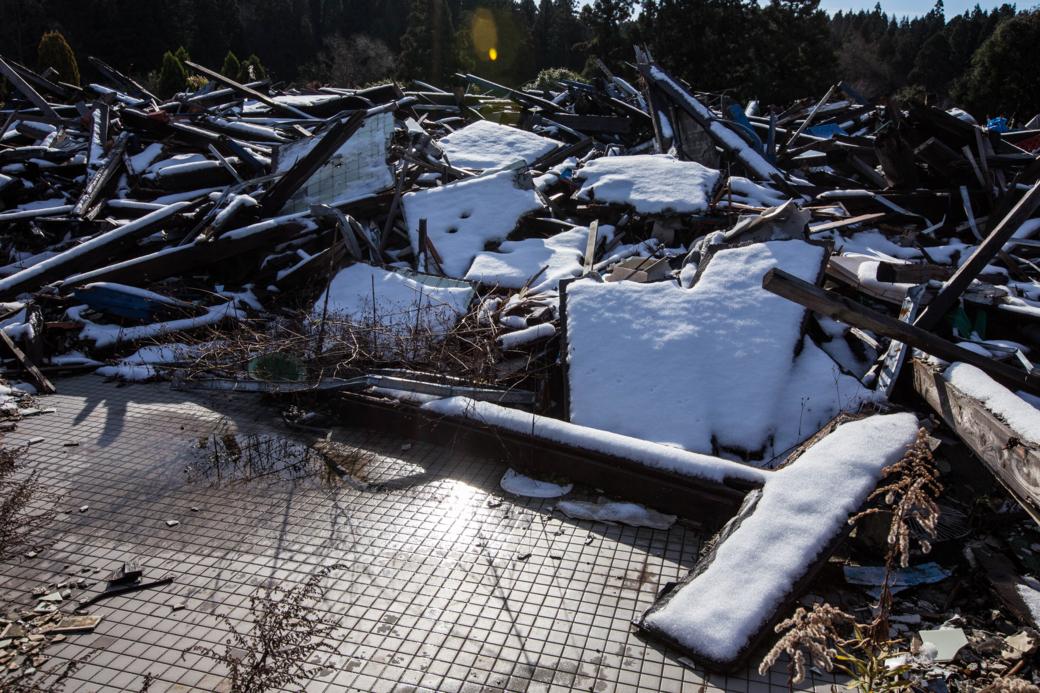 雪を被った瓦礫