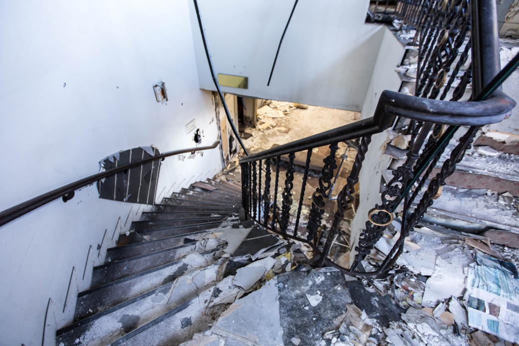 一階へ向かう階段