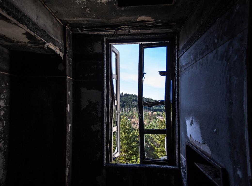 焼けた窓枠