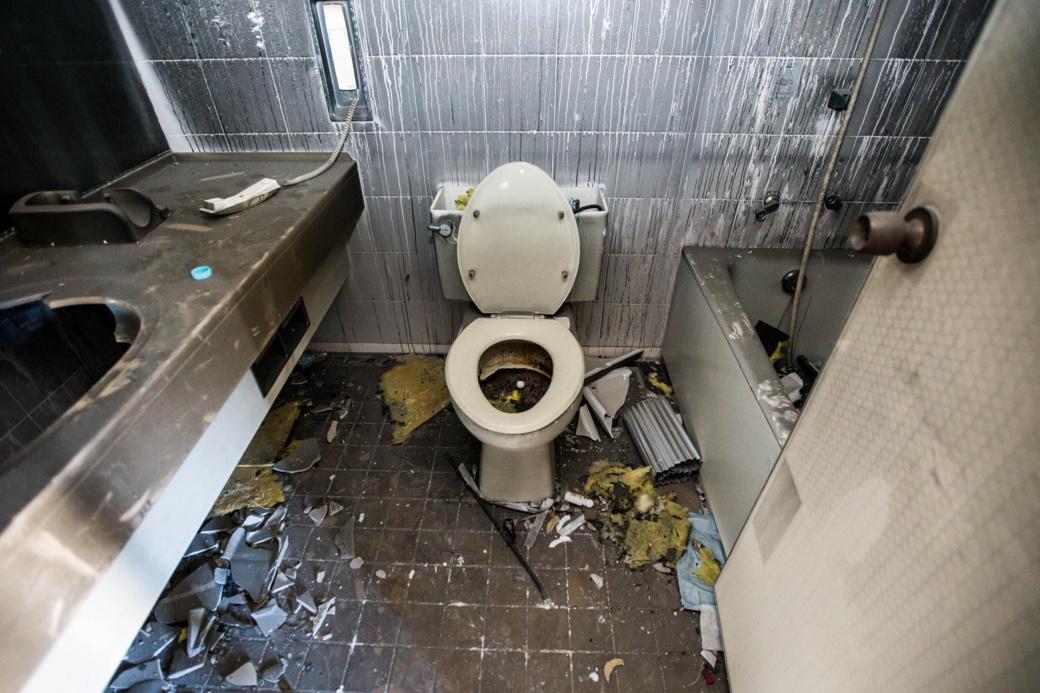 廃墟に残されたトイレ