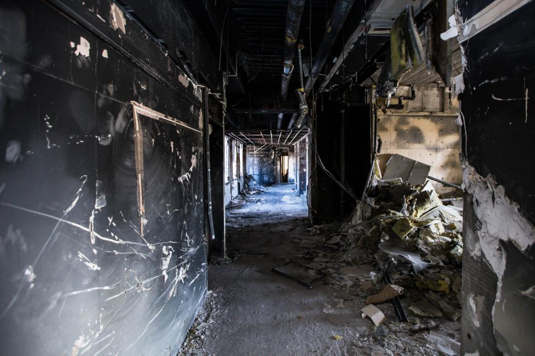 黒焦げになった廊下