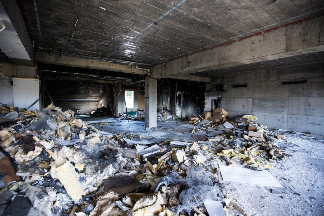 火事の影響を受けた廊下との境目が見える