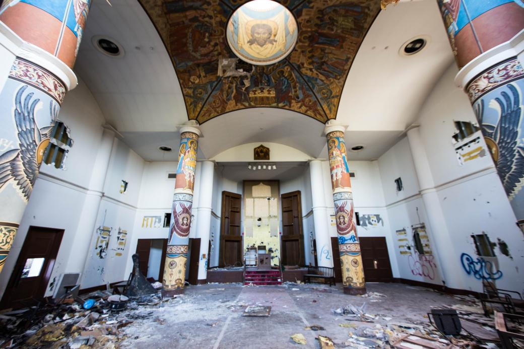 廃墟と化した教会の内部