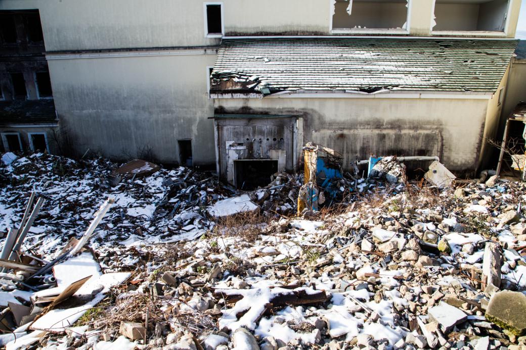 雪崩の様に崩れ落ちた瓦礫