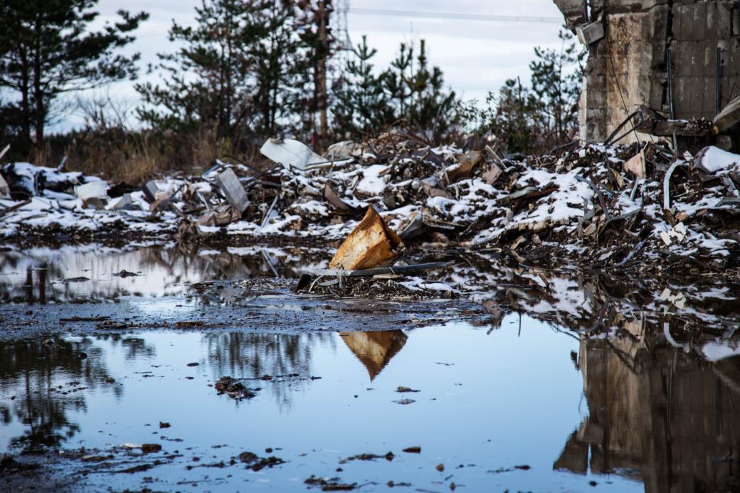 水面に反射する廃材