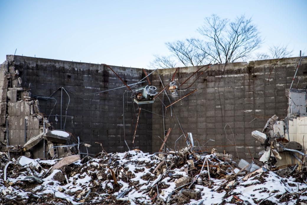 塀のみが残った建物